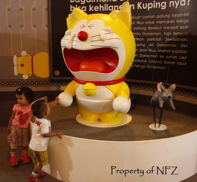 Doraemon menangis karena kupingnya digigit tikus