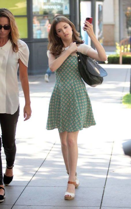 Anna Kendrick yang memiliki tinggi hanya 155cm.  http://fashion.famousfix.com/